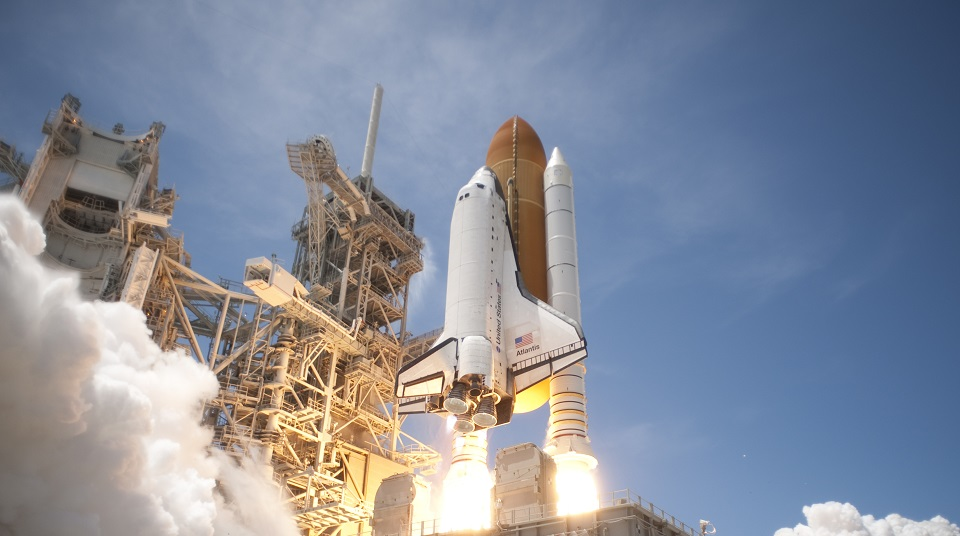 Space_Shuttle_Atlantis_launches_from_KSC_on_STS-132_side_view